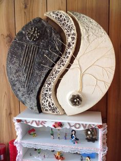 Powertex Disc with Bister, Stone Art, Pine Cones, Metal Embellshments Pottery Sculpture, Sculpture Clay, Ceramic Wall Art, Ceramic Pottery, Pottery Art, Resin Art, Clay Art, Sculptures Céramiques, Circle Art