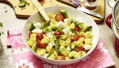 Dieser Nudelsalat hat es in sich! Mit saftigen Kirschtomaten, knackigen Spargelstückchen, herzhaftem Feta und einem Stängel Minze ist der Salat lecker und frisch.
