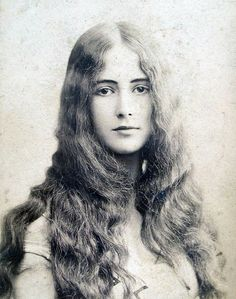 Cléo de Mérode became renowned for her glamour even more than for her dancing skills and her image began appearing on such things as postcards and playing cards.