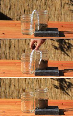 Si alguna vez te encuentras sin ninguna fuente de agua limpia, toma una tira de tela y 2 recipientes. Pon el agua sucia en un recipiente y coloca un extremo de la tira de tela en el vaso con agua sucia y el otro extremo en el vacío. Después de un corto tiempo se habrá filtrado agua de un lado a otro llevándola más limpia. Recuerda que debes hervirla.
