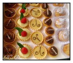 Mignardises Voici des petits fours que j'ai réalisé ce week end pour un mariage. Mini tartelette m Mini Wedding Cakes, Wedding Cakes With Flowers, Mini Cakes, Flower Cakes, Mini Desserts, No Cook Desserts, Raspberry Smoothie, Apple Smoothies, Mini Patisserie