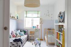 Barnrum med spjälsäng från Ikea och skolstol från Erikshjälpen i Karlstad. Hissgardinen är metervara...