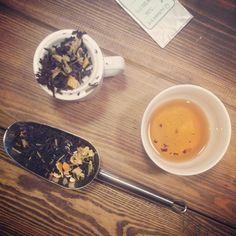Ура! К нам приехала партия свежего чая! А ещё хочу похвастаться новинкой! Настоящий эрл грей! Мягкий и необычайно вкусный! В его составе чёрный чай, цедра апельсина, цветы жасмина, лимонник, васельки и экстракт плодов бергамота!
