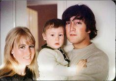 1965 - John Lennon and his ex-wife Cynthia Powell with their son Julian Lennon. Foto Beatles, Les Beatles, John Lennon Beatles, Beatles Photos, Beatles Funny, Julian Lennon, Paul Mccartney, The Fab Four, The Clash