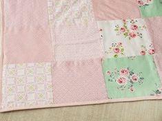 Tutoriales DIY: Cómo hacer una colcha sencilla de patchwork en tonos pastel vía DaWanda.com