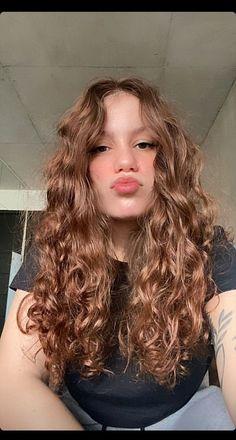 Cabelo cacheado loiro Hair Color Auburn, Auburn Hair, Curly Hair Care, Long Wavy Hair, Curled Hairstyles, Pretty Hairstyles, Girl Hair Colors, Natural Hair Styles, Long Hair Styles