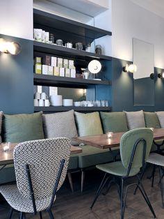 Café Pinson Paris/ Murs bi colore/ Bibliothèque fond miroir / Banquette / Couleurs vert de gris bleus