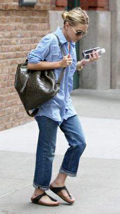 Double denim and birkenstock. Love how MKA make comfort cool. Mary Kate and Ashley. Ashley Mary Kate Olsen, Ashley Olsen, Denim Fashion, Love Fashion, Fashion Trends, Olsen Twins, Double Denim, Stylish Backpacks, Mode Inspiration