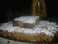 Η Συνταγή είναι Πρεσβυτέρας 1 κούπα σπορέλαιο 3 κούπες αλεύρι (που φουσκώνει μόνο του) 1 κούπα ζάχαρη 1 κούπα φυσικό χυμό πορτοκάλι 1 κουταλάκι γλυκού σόδα 1/2 κούπα καρύδι κομμένο μέτριο 1/2 κούπα σταφίδα ξανθή 1/2 κουταλάκι γλυκού γαρίφαλο 1 κουταλάκι γλυκού κανέλα Πριν ξεκινήσετε την εκτέλεση Διαλύουμε τη σόδα μέσα στον χυμό … Greek Sweets, Greek Desserts, Greek Recipes, Desert Recipes, Easy Desserts, Real Food Recipes, Greek Bread, Greek Cake, Cypriot Food