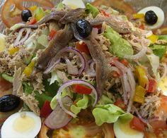 SALADE NICOISE (Pour 6 personnes : 10 tomates bien rouges, encore fermes, 4 poivrons verts salade, 1 botte de cebettes, 6 petits artichauts poivrade, 4 œufs durs, 4 filets d'anchois, une petite boite de thon entier à l'huile, une poignée d'olives noires de Nice, une poignée de févettes fraîches, quelques radis, 1 bouquet garni, ail, sel poivre, feuilles de basilic, Huile d'olive de la meilleure qualité, sel, poivre blanc)