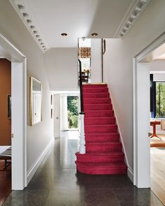 Bright carpeted stairs against white walls and a dark wood bannister makes for a elegant and contemporary hallway. See more hallways designs on House and Garden Hallway Flooring, Living Room Flooring, Living Room Carpet, Hallway Paint Colors, Paint Colours, Contemporary Hallway, Flur Design, Corridor Design, Hallway Inspiration
