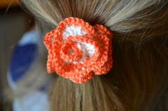 Crochet Roses Crochet rose hair ties free pattern - I admit it, I love crochet hair ties. These frilly little flowery ties are quick and easy, not to mention a lovely burst of colour. As you probably know by now I like quick little projects which ar… Crochet Hair Clips, Crochet Bows, Quick Crochet, Crochet Hair Styles, Love Crochet, Diy Crochet, Crochet Crafts, Crochet Headbands, Single Crochet