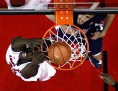 MontreziHarrell de l'université de LouisvilleetTylercapot deSamford Universitylors dumatch de basket NCAA à l'Yum KFC! Center à Louisville, le 15 novembre.