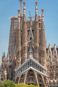 BARCELONA   la Sagrada Família   En construcció - Page 288 - SkyscraperCity Casa Gaudi, Antoni Gaudi, Sacred Architecture, Beautiful Architecture, Cool Places To Visit, Places To Travel, Cathedral Church, Amazing Buildings, Spain Travel
