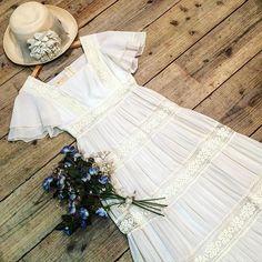 - white dress -  レース切り替えのティアードロングドレス。草原やお花畑が似合いそうな爽やかで美しい一着♡