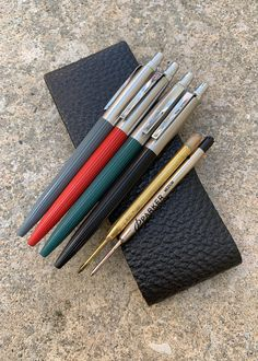 PARKER Jotter 'First Year' ballpoint pens in the original four colours issued in The refill design is still essentially the same after more than 60 years. Poison Girl Perfume, Edc, Parker Pens, Parker Jotter, Nigerian Men Fashion, Gel Ink Pens, Pen Design, Mechanical Pencils, Penne