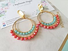Green water and coral for these beautiful hand-woven earrings. They have a diameter of mm crystals included. Hand Jewelry, Bead Jewellery, Boho Jewelry, Beaded Jewelry, Diy Necklace, Beaded Earrings, Diy Jewelry To Sell, Handmade Jewelry Designs, Imitation Jewelry