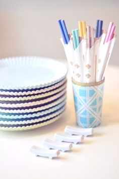 DIY Colorful Chopsticks With Nail Polish. Add a fun flair to these utensils by dipping the top end in nail polish. Create these colorful chopsticks from the raw wood chopsticks. Click through for the full tutorial. Kids Crafts, Diy Crafts To Do, Diy And Crafts Sewing, Crafts For Girls, Toddler Crafts, Adult Crafts, Easy Crafts, Cool Diy, Craft Tutorials