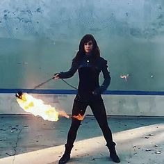 Girl and show of fire - Gif Rope Dart, Fighter Workout, Fighting Gif, Bo Staff, Auryn, Fire Dancer, Martial Arts Techniques, Girl Fights, Warrior Girl