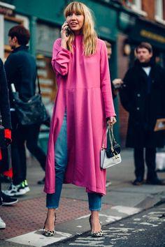 A sobreposição com jeans também fica incrível se aparecer na fenda de um vestido poderoso