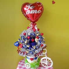 ramos de dulces - Buscar con Google Valentine Bouquet, Diy And Crafts, Christmas Bulbs, Valentines Day, Balloons, Candy, Halloween, Holiday Decor, Gifts