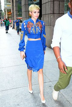 Two decades in one! In a strong, cerulean nod to the Miley Cyrus was spotted in NYC wearing Pucci. Miley Cyrus 2013, Miley Cyrus Style, Noah Cyrus, Celebrity Dresses, Celebrity Style, Nice Dresses, Dresses For Work, Fashion Articles, Fashion Today