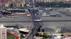 El Aeropuerto de Gibraltar. Situado entre la ciudad de Gibraltar y una bonita montaña. Su corta pista, tan sólo tiene 1800 m, se cruza con una muy transitada avenida  la cual hay que cortar cada vez que aterriza y despega un avión.