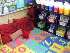 I like the way this classroom library is set up.  It also includes sample labels for the book buckets.