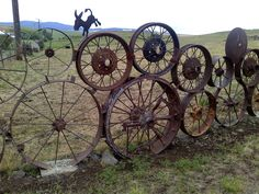 closer look at awesome rustic fence made from old wheels… near Grangeville Ida… - zaun Diy Fence, Backyard Fences, Garden Fencing, Fence Ideas, Yard Ideas, Rustic Fence, Rustic Decor, Rustic Theme, Rustic Wood Furniture