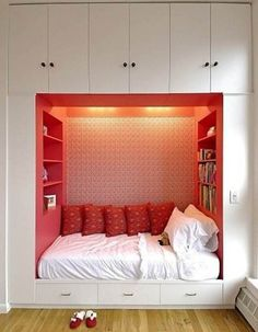 bed in a nook! and shelves! with books! and is that light coming from a window i see?!!