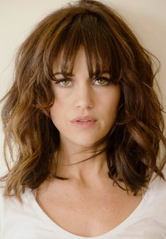 Hair Growth Tips. Hair Care Tips That Will Help You Out. Anyone can have great hair. There are lots of different things you have to overcome in order to get the best looking hair. Messy Bob Hairstyles, Long Bob Haircuts, Hairstyles For Round Faces, Medium Hair Cuts, Medium Hair Styles, Curly Hair Styles, Carla Gugino, Great Hair, Amazing Hair
