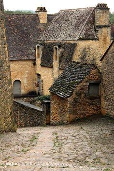 Dans les rues du village de Beynac (France)
