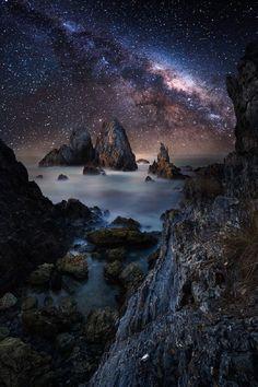 Milky Way Sky over Rocky Ocean Fond d'écran and Arrière-Plan Night Sky Stars, Starry Night Sky, Night Skies, Landscape Photography, Nature Photography, Ciel Nocturne, Night Sky Photos, All Nature, Milky Way