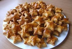 A legfinomabb karácsonyi pogácsa! Ha előre megsütöd, dugd el, hogy az ünnepre is maradjon belőle! :)) Hozzávalók: 25 dkg reszelt sajt 25 dkg liszt fél teáskanál őrölt pirospaprika 20 dkg vaj csipet só olaj köménymag, szezámmag Elkészít... Hungarian Recipes, Sweet And Salty, My Recipes, Christmas Cookies, Macaroni And Cheese, Bakery, Goodies, Food And Drink, Yummy Food