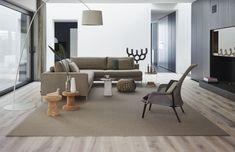 De natuurtinten maken deze woonkamer rustig. De kleuren gaan mooi samen met de iets lichtere houten vloer. #houtenvloer #hout #vloer #woonkamer #vloerkleed #tapijt #natuurlijkekleuren #naturalliving #dessotarkett #watisjouwstijl Sofa, Couch, Natural Living, Eames, Recliner, Lounge, Chair, Furniture, Home Decor