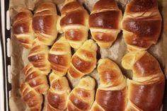 Desert croissante pufoase Croissant, Pretzel Bites, Cake Cookies, Hot Dog Buns, Waffles, Deserts, Good Food, Food And Drink, Bread