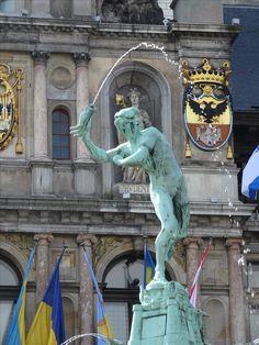 Antwerpen/België - Grote Markt. Brabofontein(1887). De bronzen fontein van de Antwerpse beeldhouwer Jef Lambeaux beeldt de legende uit van Brabo die de reus Antigoon versloeg en diens hand in de Schelde wierp. Deze stadsanekdote wordt nog steeds in ere gehouden. Foto: G.J. Koppenaal - 23/6/2016.