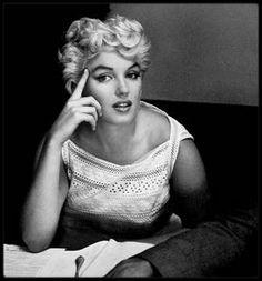 6 Août 1955 / (Part III) (Photos Eve ARNOLD) Marilyn se rend à Bement ; Elle partit de La Guardia à 10 heures, et atterrit à Chicago où elle fit une escale de deux heures. Puis elle changea d'avion pour aller à Champaign , d'où un cortège automobile avec escorte des motards du gouverneur, l'accompagnèrent jusqu'à Bement. Elle assista à une exposition d'œuvres d'art (quelques pièces d'art primitif avaient été prêtées par un musée de Chicago). Pour l'inauguration du musée LINCOLN, elle…