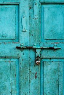 """""""Eu sou feita de madeira. Madeira, matéria morta. Mas não há coisa no mundo. Mais viva do que uma porta."""" (A Porta, Vinicius de Moraes)"""