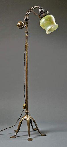 Maiglöckchen-StehlampeTiffany Studios, New York - um 1900Der Fuß mit fünf hochgeschwungenen, in L