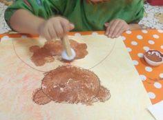 La famille Ours ne serait pas au complet sans petit ours ! Alors après les parents réalisés par les moyens, ce sont les petites sections qui ont fait petit ours à la peinture peinture au doigt sur une feuille 30X30 cm puis la maîtresse a tracé le contour...