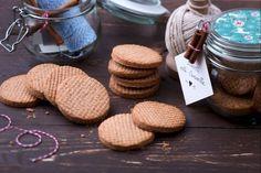 I biscotti alla cannella sono dei profumatissimi dolcetti da gustare per la merenda accompagnandoli con una tazza di tè fumante o di cioccolata calda!