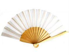 Abanico blanco en madera. Ideal para las bodas en la playa. Regalo para las invitadas a una boda al mejor precio. http://www.regalodetalles.es/abanico-tela-blancodetalles-boda-p796-p-1183.html
