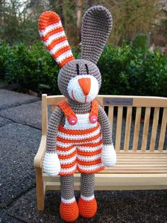 Its so sad that they only sell the pattern in German and not in English, Then I say keep the picture in German Country! Crochet Rabbit, Crochet Bunny, Crochet Animals, Crochet Dolls, Knit Crochet, Amigurumi Doll, Amigurumi Patterns, Crochet Patterns, Easter Crochet
