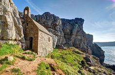 St Govan's Chapel on the beautiful coast of Pembrokeshire in Wales Welsh Coast, Architecture Antique, Natural Architecture, Pembrokeshire Wales, Visit Wales, Visit Uk, Wanderlust, Wales Uk, North Wales