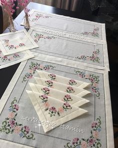 No photo description available. Table Runners, Diy And Crafts, Decorative Boxes, Cross Stitch, Embroidery, Wallpaper, Home Decor, Stitching, Napkin