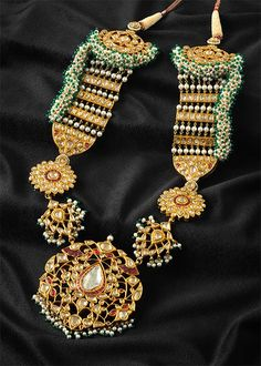 Antique Broad Sets with Colorful Beads in kundan jewellery and antique long chains. Antique Jewellery Designs, Antique Jewelry, Vintage Jewelry, Jewelry Design, Antique Gold, Royal Jewelry, India Jewelry, Gold Jewelry, Mughal Jewelry