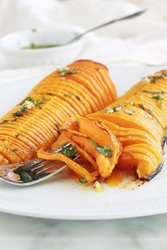Courge butternut rôtie au four façon hasselbak - Irène'ke Rolf-Pedersen - Photo No Salt Recipes, Wine Recipes, Great Recipes, Vegan Recipes, Vegetarian Entrees, Winter Food, Kraut, Love Food, Food And Drink