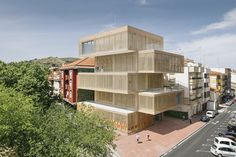 Cultural Center La Gota is a hybrid building for exhibition spaces that aims to create a new focus of urban centrality in Navalmoral (Cáceres), showcasing the identity of the town. The etymology is rooted in an old building built in the same site, in