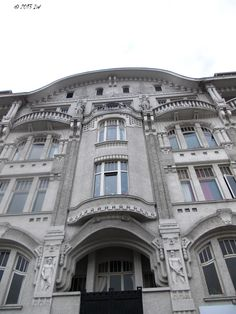 This is one of the first Bremen ferro-concrete skeleton construction. It was projected by the architect Carl H. Behrens Nicolai. It has elements of art nouveau. Each apartment has around 300 sqm. The general structure was kept.